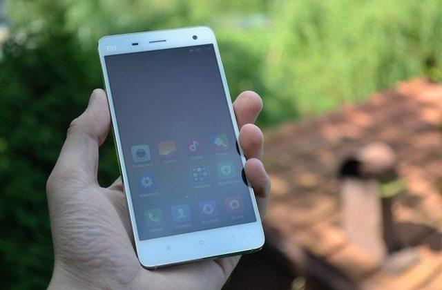 Dosavadní TOP model Xiaomi Mi 4. Měl designér Applu na mysli také tento model?