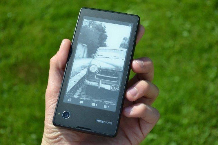 Záda telefonu tvoří z největší části EPD displej