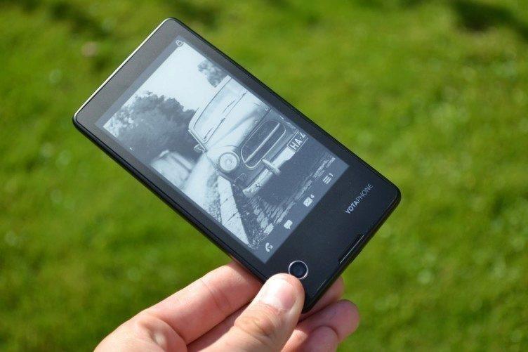 Černobílý displej na zadní straně může posloužit jako čtečka eletronických knih