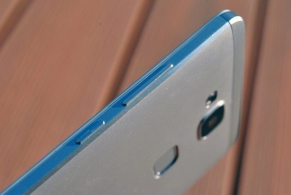 Huawei Ascend Mate 7 pravá strana
