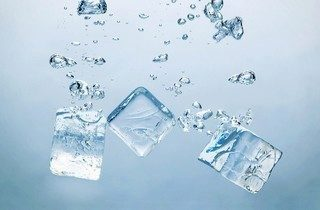 Ice-Cubes-In-Water-Desktop-Wallpaper