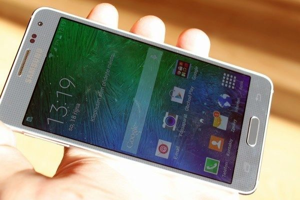 Samsung Galaxy Alpha displej na slunci