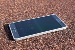 Samsung Galaxy Alpha pravá strana