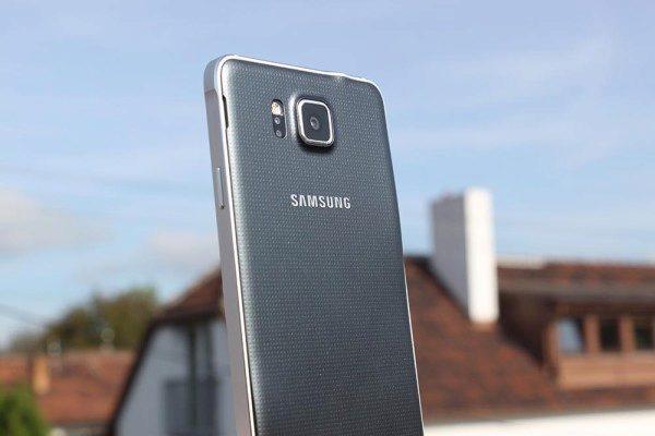 Samsung Galaxy Alpha senzor srdečního tepu a fotoaparát