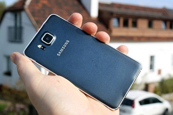 Samsung Galaxy Alpha zadní strana