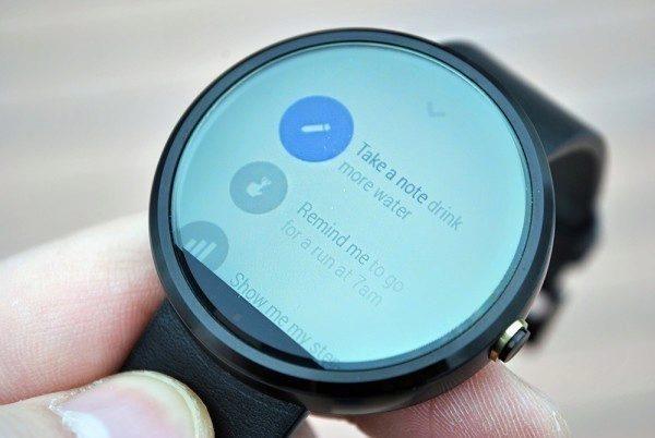 Motorola Moto 360 displej na slunci