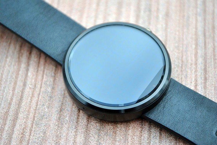 Motorola Moto 360 senzor pro měření světla