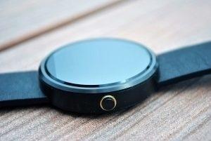 Motorola Moto 360 zapínací tlačítko