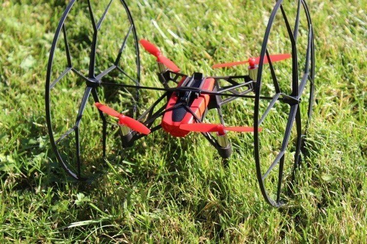 Parrot Rolling Spider - na trávě