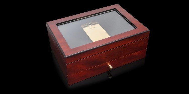 Telefon je dodáván v krabičce, vyrobené ze třešňového a dubového dřeva
