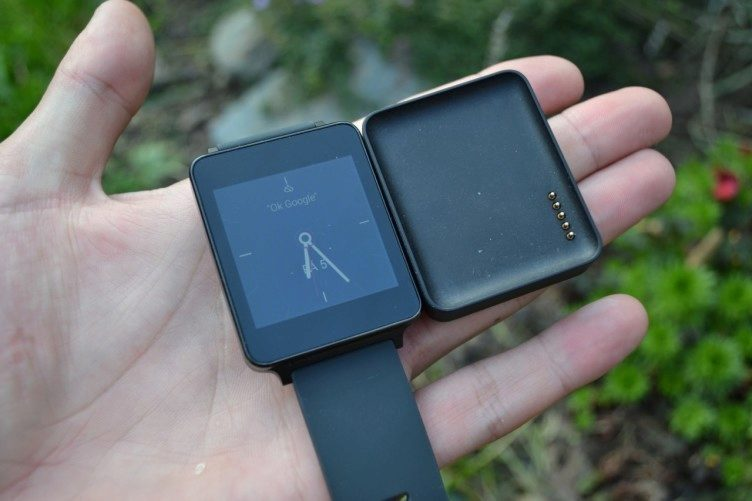 Dokovací stanice pro nabíjení je povedená díky magnetu, který hodinky rychle a snadno usadí