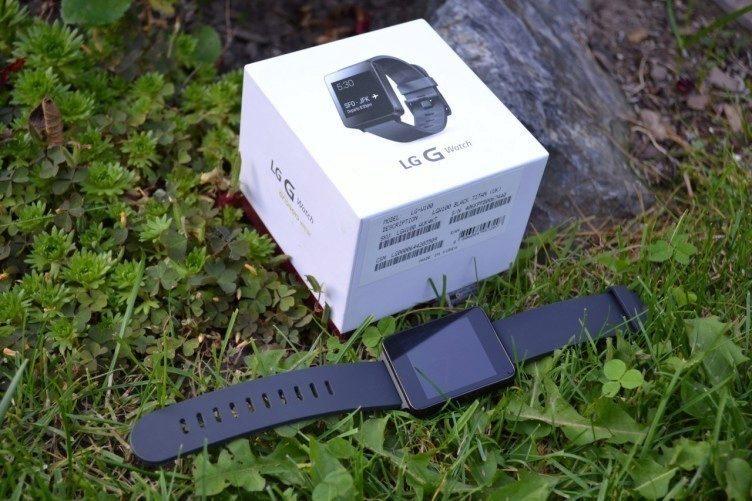 Kromě hodinek se v balení nachází také dokovací stanice pro nabíjení a USB kablík