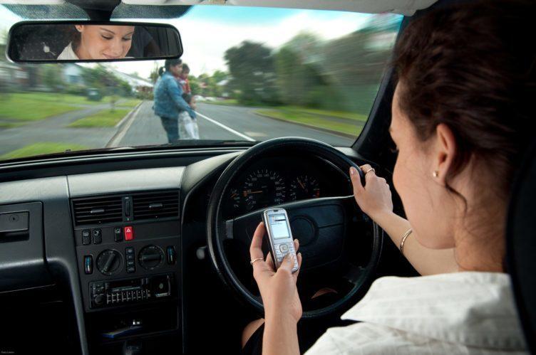 dopravní nehody cteni telefonu