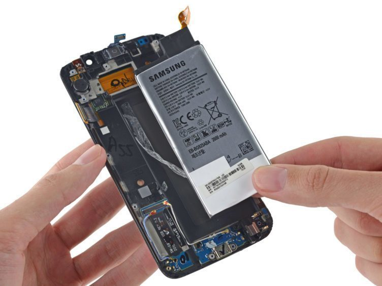 Rozborka Samsungu Galaxy S6 Edge odhalila přilepený akumulátor