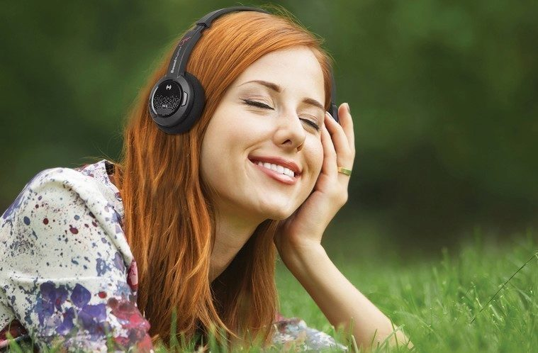 LifestyleShot-Gal-listen-music-Jam-10cm