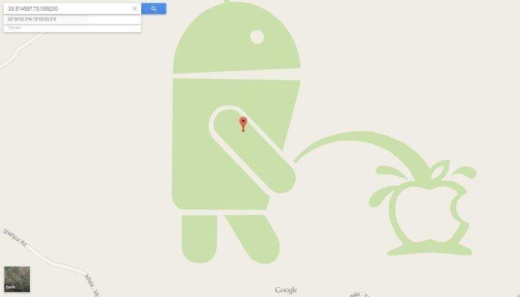 Maskot Androidu močí na logo Apple