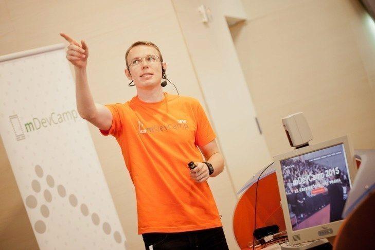 Hlavní organizátor mDevCampu, Michal Šrajer, který pracuje jako Chief Happinness Officer v Avastu.