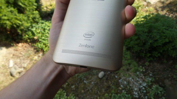 Asus Zenfone 2 - zadní hlasitý reproduktor