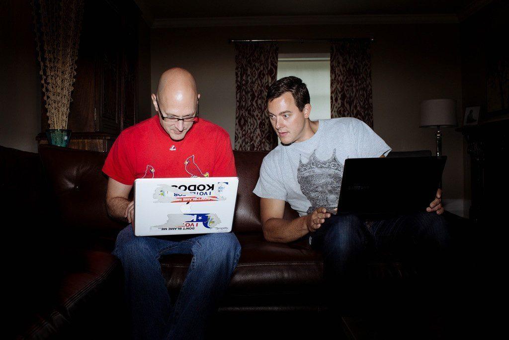Charlie Miller a Chris Valasek hackující Jeep Cherokee z 10 mil vzdáleného domu