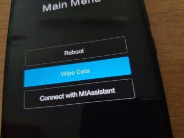Použijte tlačítka pro nastavení hlasitosti pro výběr režimu konzole pro zotavení (Recovery, Recovery mode, …) či smazání dat (Wipe data)