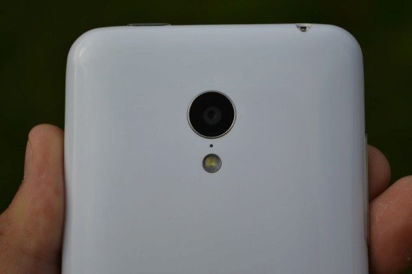 Objektiv 8MPx fotoaparátu a LED přisvětlovací dioda