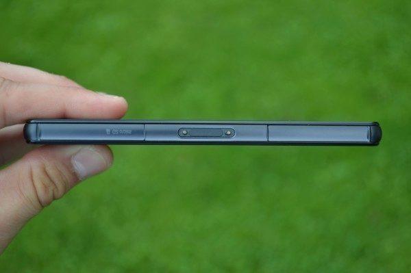 Telefon je vodotěsný, a proto jsou konektory a sloty zakryty krytkou