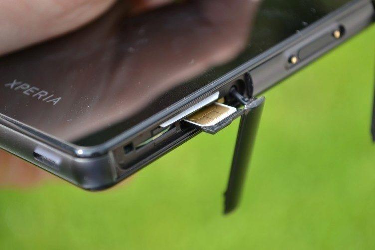 Do telefonu jsme museli umístit nano SIM kartu