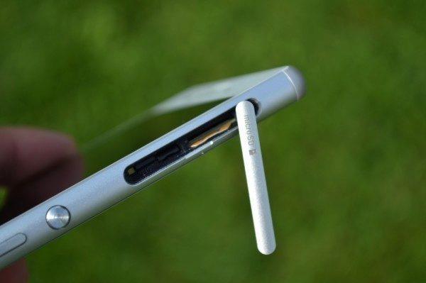 Micro SD a nanoSIM sloty pod krytkou