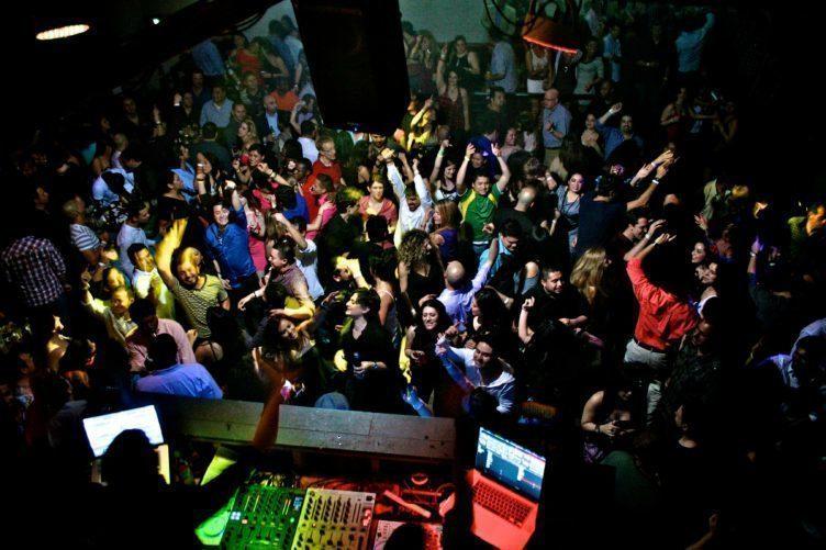 Rozjeďte párty a pusťte si stejnou muziku na více zařízeních s AmpMe