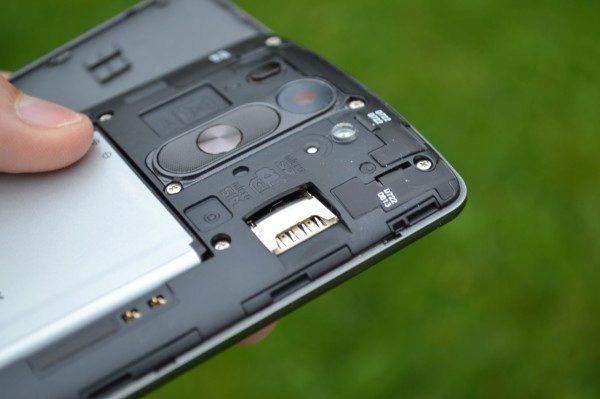 Slot pro MicroSIM a MicroSD karty