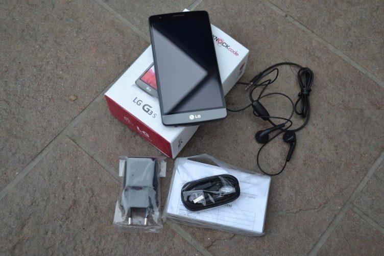 Balení obsahuje telefon, USB kablík, nabíječku, sluchátka a manuál