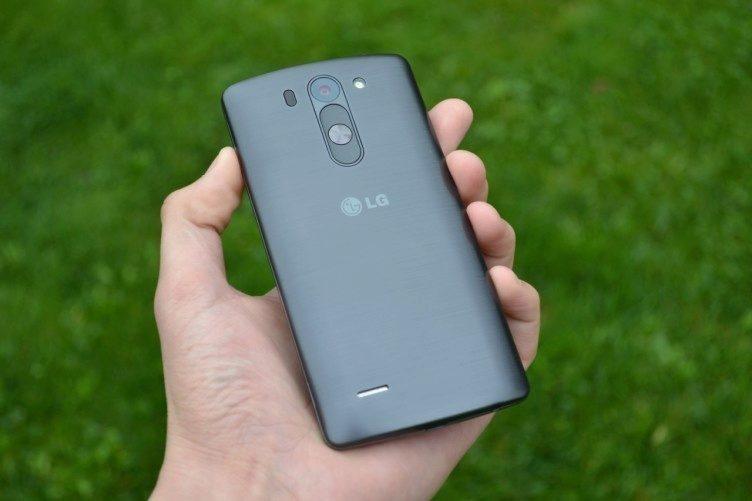 Zadní strana telefonu opět po vzoru většího brášky G3