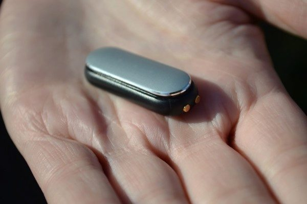 Datové PINy na přední straně slouží k nabíjení