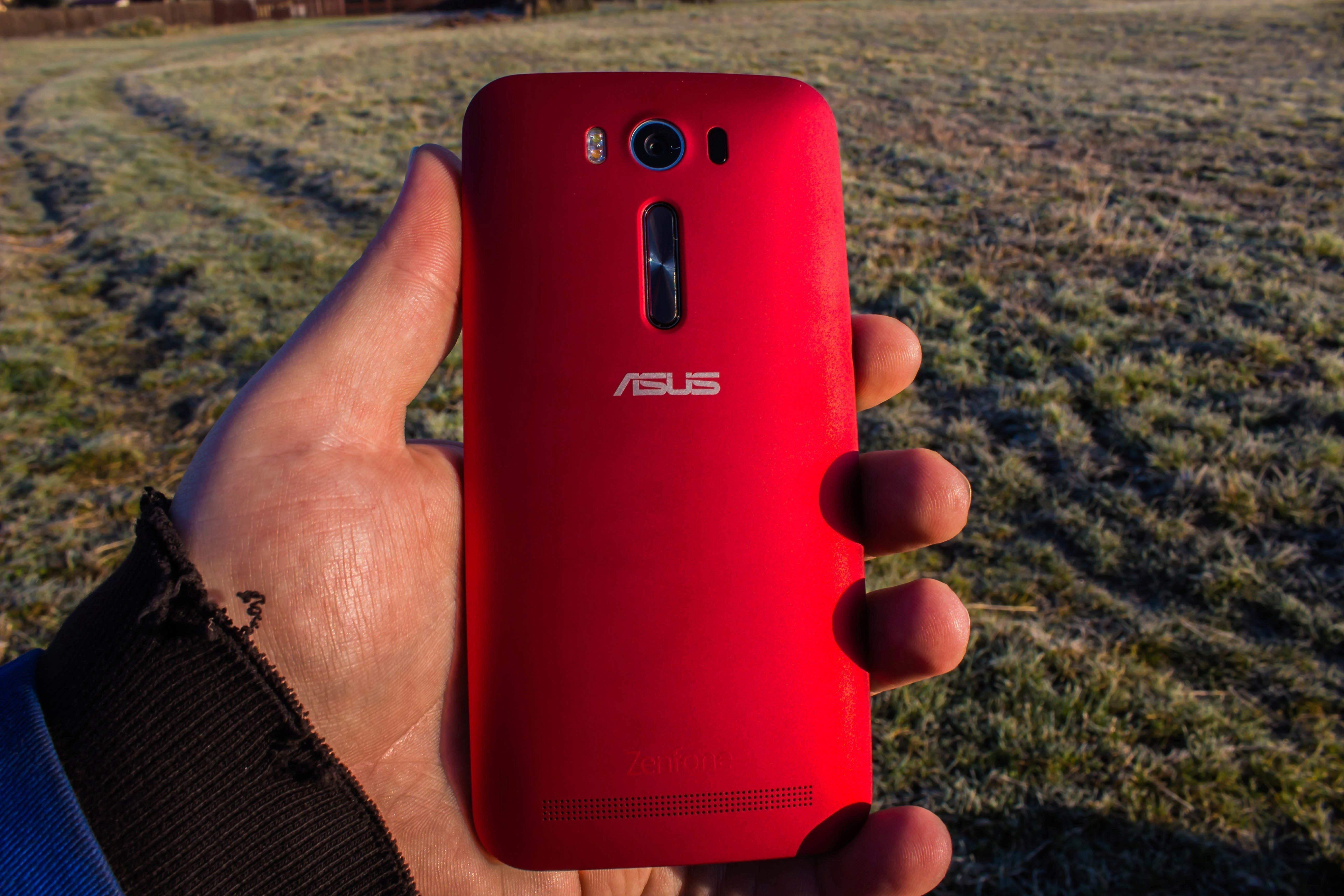 Asus ZenFone 2 Laser - pohled zezadu