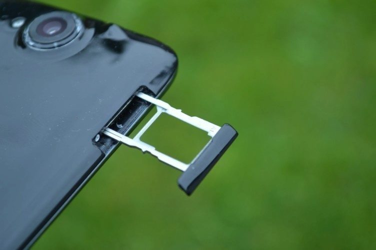 Do telefonu Acer Liquid Jade lze vsunout dvě nanoSIM, nebo jedna nanoSIM a MicroSD karta