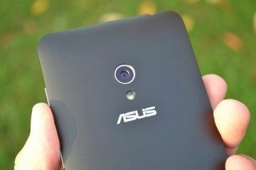 Asus Zenfone 5 - objektiv a LED (2)