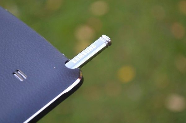 Stylus lze do telefonu zasunout velmi snadno