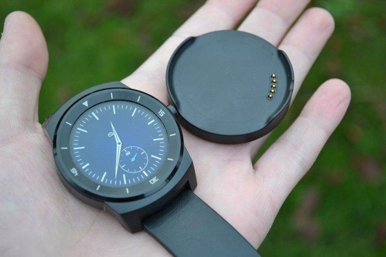LG G Watch R - nabíjecí kolébka