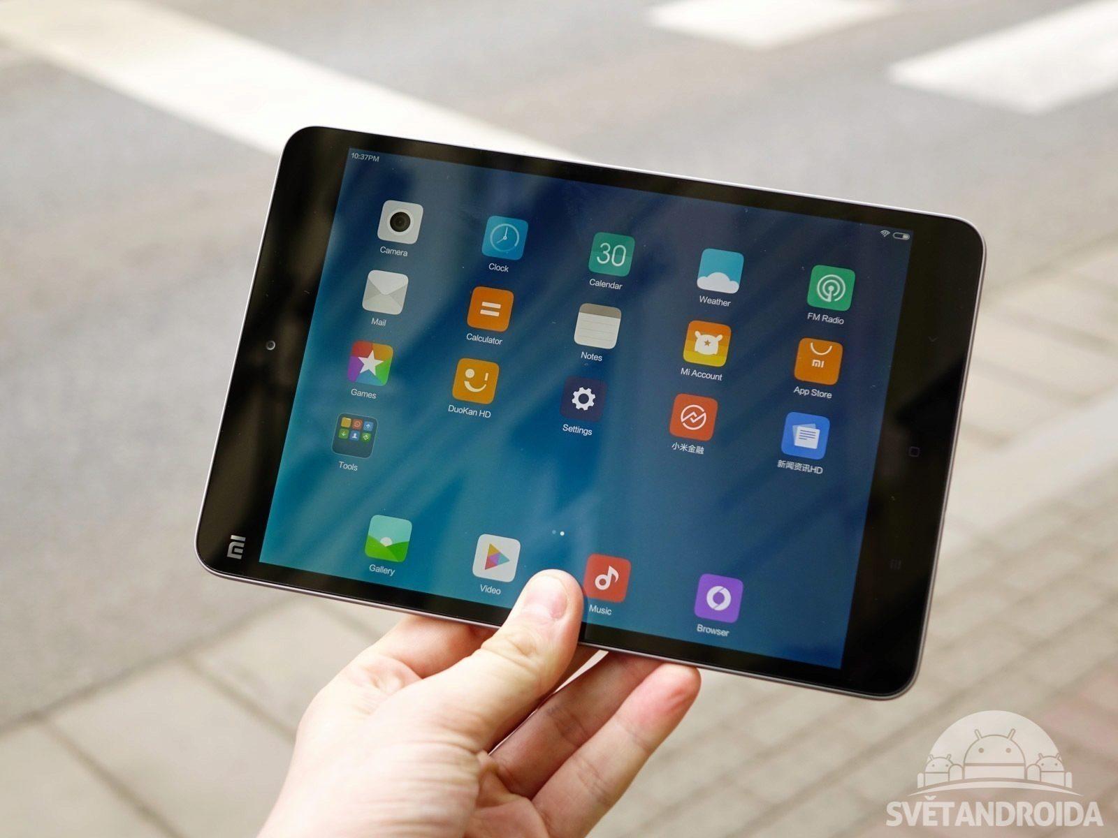 Xiaomi Mi Pad 2 konstrukce držen v ruce
