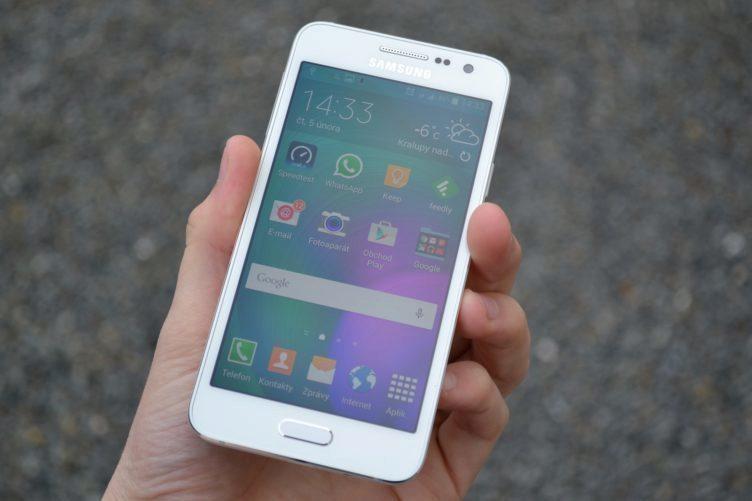 Samsung Galaxy A3 - přední strana telefonu (5)