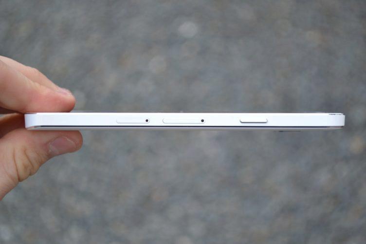 Samsung Galaxy A3 - pravá strana telefonu