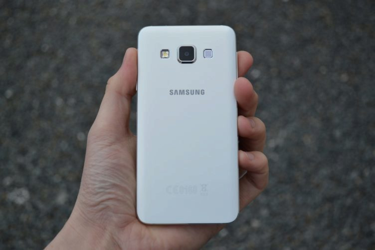 Samsung Galaxy A3 - zadní strana telefonu (2)