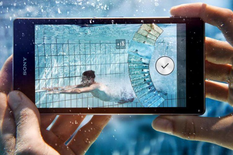 V reklamě sice s telefonem pod vodou fotí, vy to ale nedělejte