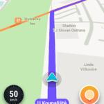 Na ulici, kam jedeme, je rušný provoz