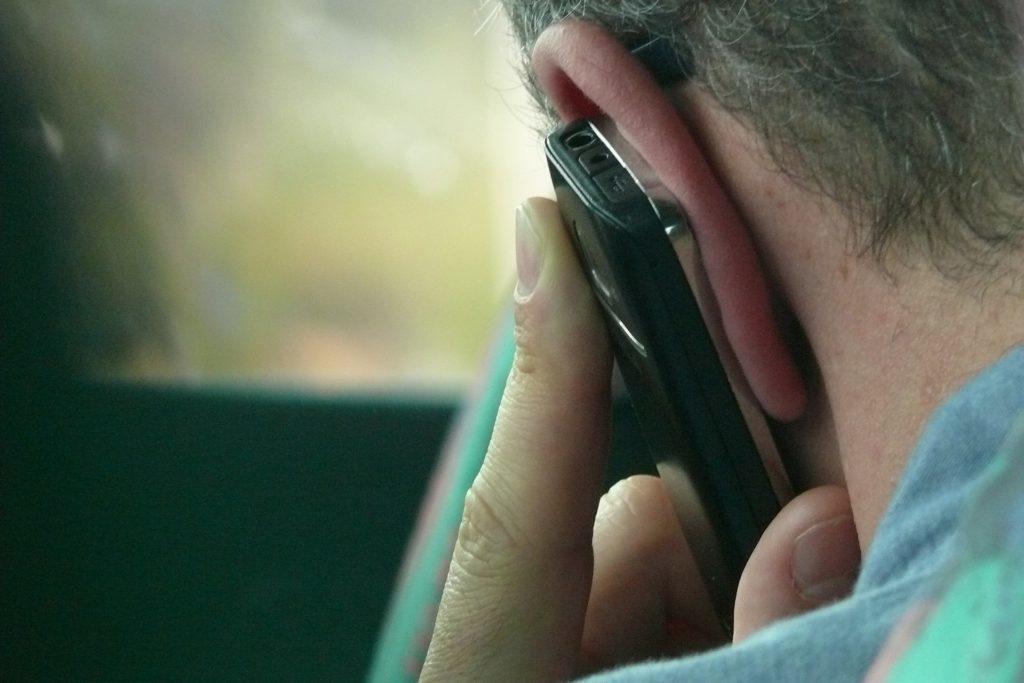 Držení telefonu u hlavy může být prý nebezpečné