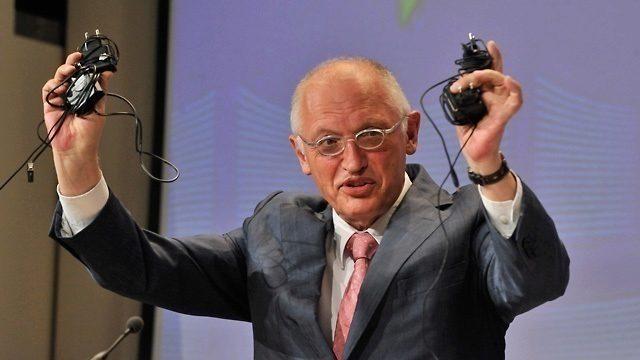 V roce 2009 schválila Evropská unie směrnici, podle které měly mít všechny mobilní telefony prodávané v EU stejný nabíjecí konektor