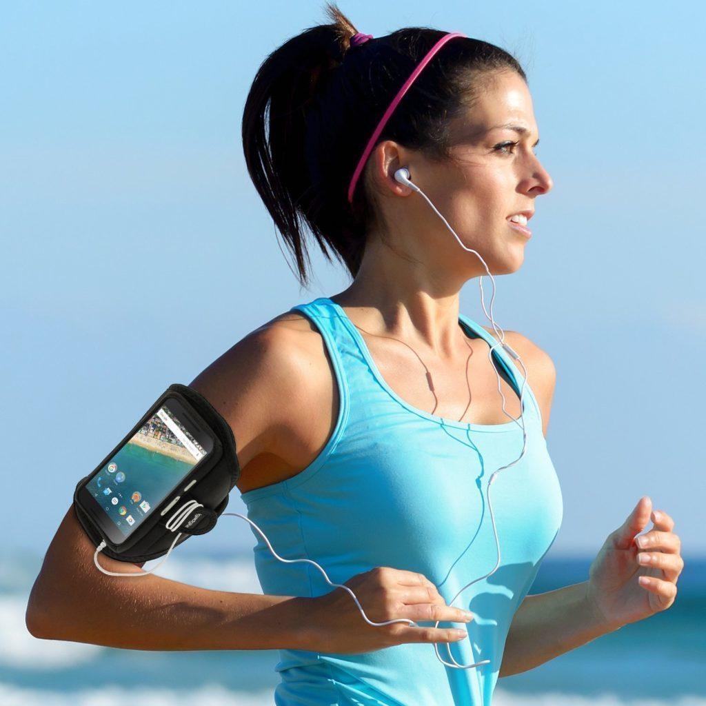 Nenoste mobil na těle během sportu