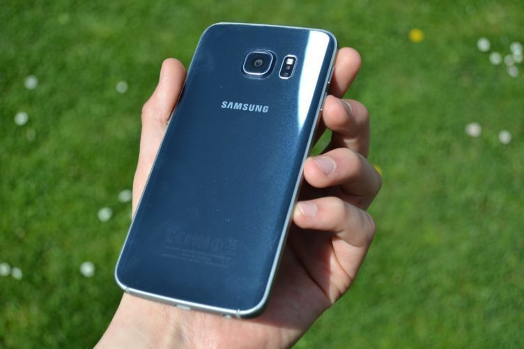 Samsung Galaxy S6 Edge - zadní strana telefonu (2)