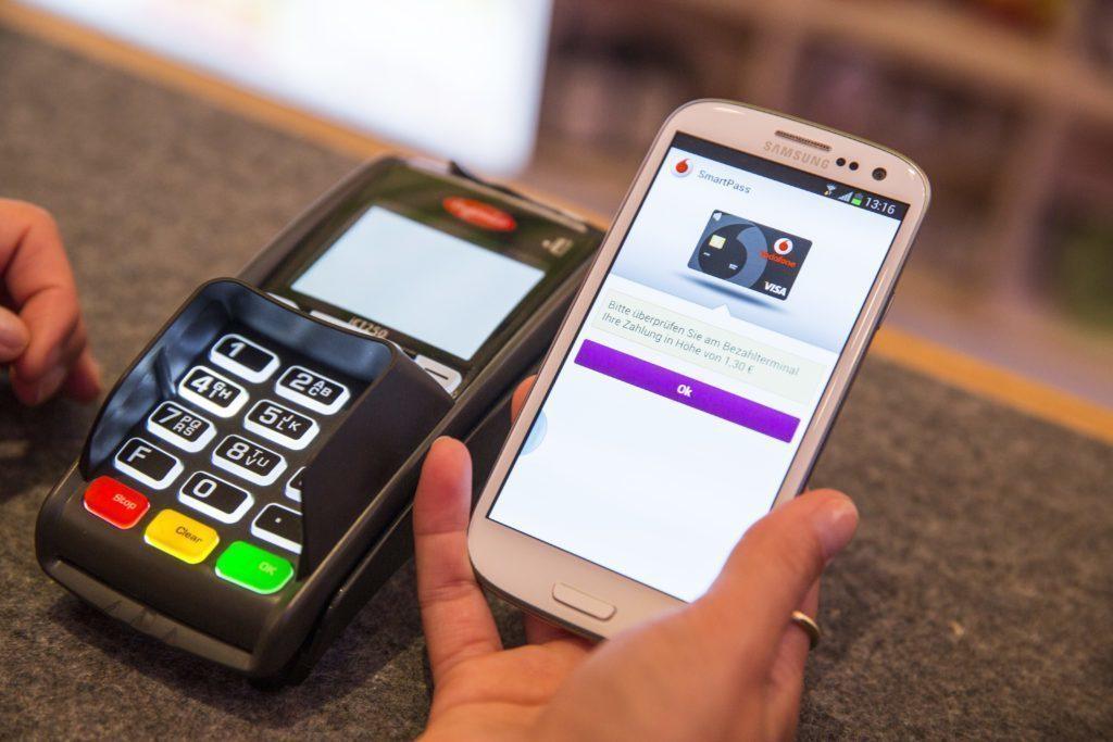 Platby mobilem by mohly přijít ještě letos
