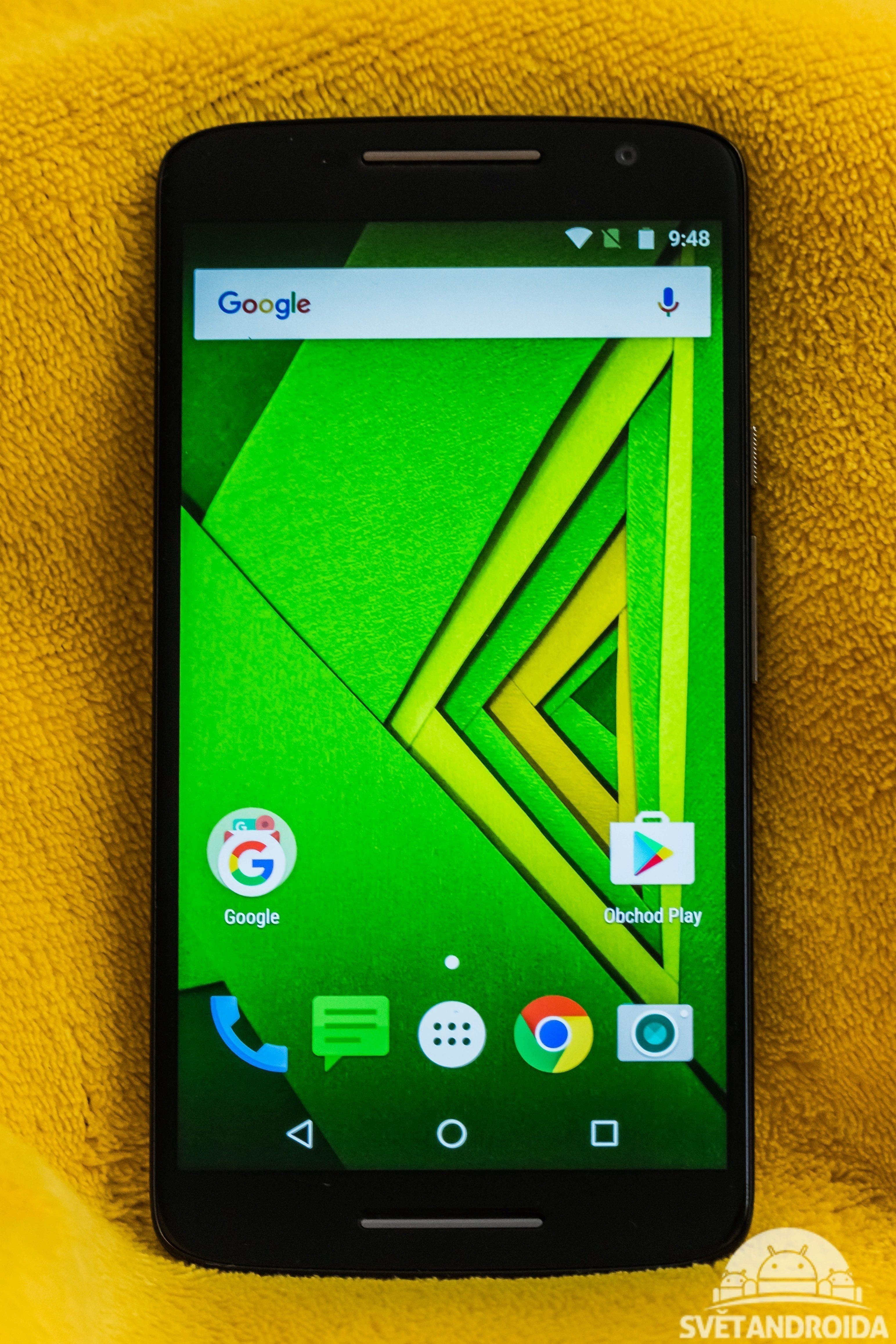 Moto X Play - zepředu rozsvícený